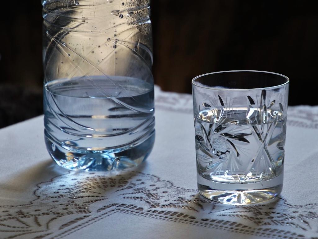 Perché bere tanta acqua prima di coricarsi? Basta un bicchiere per stare bene