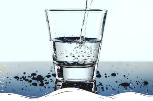 Bere acqua al mattino: benefici e consigli