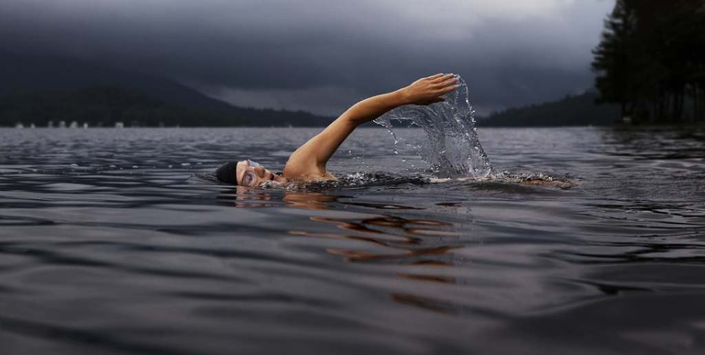 Bere durante l'allenamento di nuoto