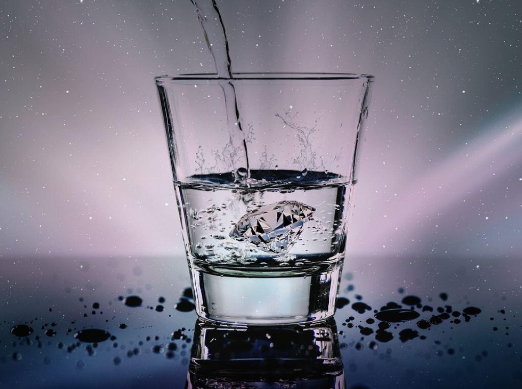 Evitare l'acqua lasciata sul comodino